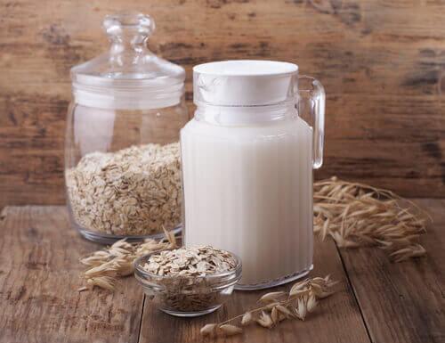 Χάστε βάρος με τη βρώμη - Κανάτα με γάλα και δοχείο με βρώμη