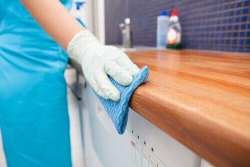 καθάρισμα πάγκου στο μπάνιο