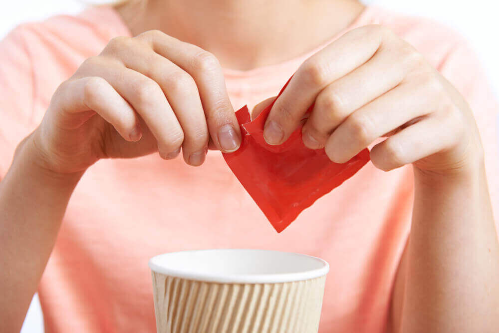 υπερβολική ζάχαρη γυναίκα που βάζει ζάχαρη στον καφέ της