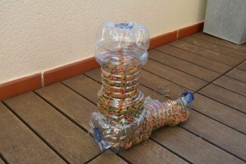 12 διασκεδαστικοί τρόποι για να ανακυκλώσετε τα πλαστικά μπουκάλια, τροφοδότης κατοικίδιων ζώων