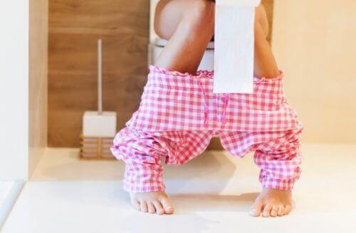 6 συμπτώματα που προκαλούν τα εντερικά παράσιτα, διάρροια