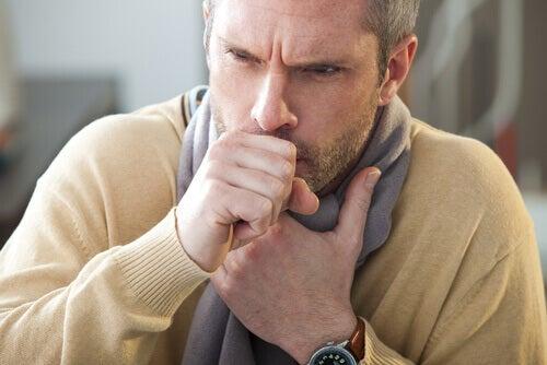 6 συμπτώματα που προκαλούν τα εντερικά παράσιτα, ξηρός βήχας