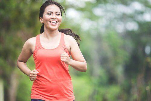 γυναίκα που τρέχει χάνετε το λίπος