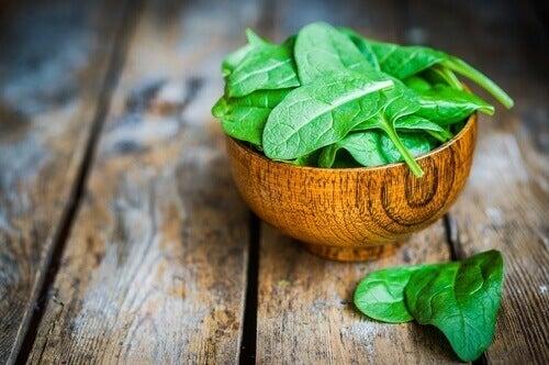 σπανάκι σε ξύλινο μπολ, λαχανικά υψηλής πρωτεϊνικής αξίας