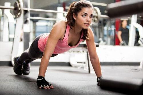 τα οφέλη των σπόρων chia γυναίκα που κάνει γυμναστική