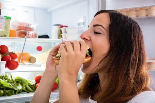 γυναίκα φαγητό ß Τροφικές αλλεργίες