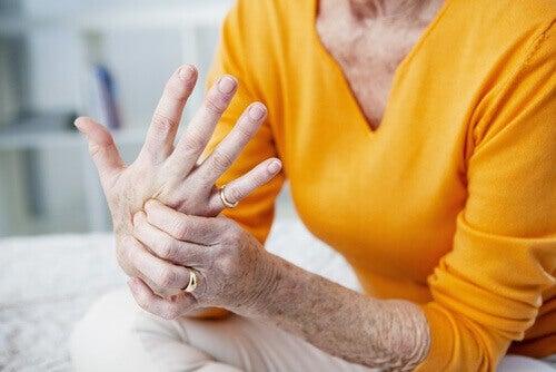τα οφέλη των σπόρων chia γυναίκα που κάνει μασάζ στο χέρι της