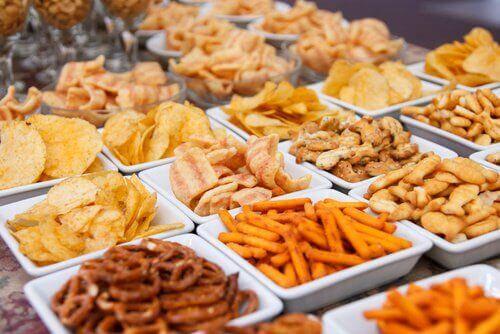 τηγανητές τροφές πατατάκια και σνακ, πρήξιμο της κοιλιάς