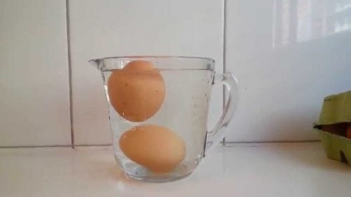 Μπαγιάτικα αβγά - Αβγά σε κανάτα με νερό