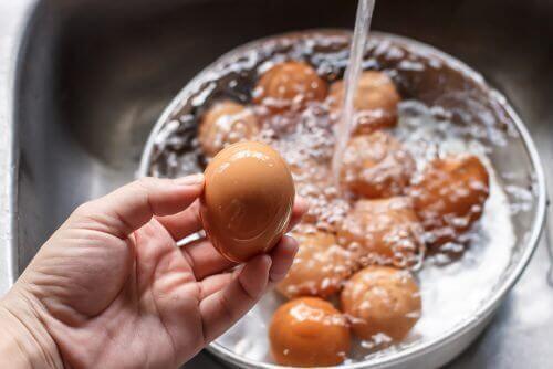 Πώς θα ξεχωρίσετε τα μπαγιάτικα αβγά από τα φρέσκα