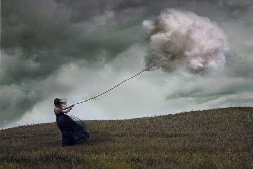 γυναίκα που τραβάει ένα σύννεφο