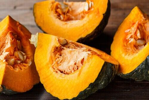 Δοκιμάστε 8 ιδανικές τροφές για να μειώσετε το ουρικό οξύ, κολοκυθάκι