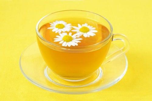 Καταπραΰνετε τους βρεφικούς κολικούς με αυτές τις τέσσερις σπιτικές θεραπείες, τσάι από χαμομήλι