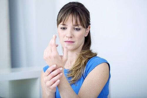 διαταραχές του θυρεοειδούς - Γυναίκα με πόνο στον καρπό