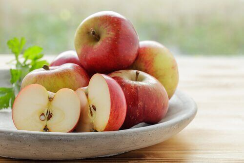 Οι 12 καλύτερες τροφές για να ξεβουλώσετε τις αρτηρίες σας, μήλα