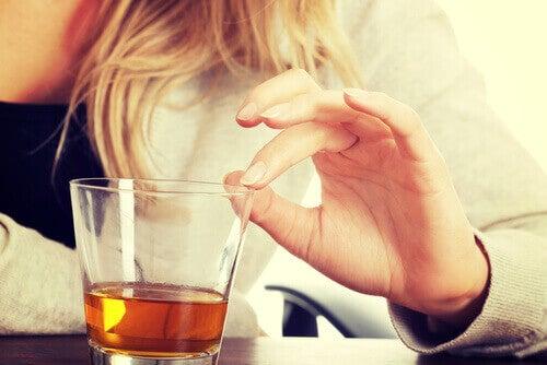 ποτήρι με αλκοόλ- H λιπώδης διήθηση ήπατος