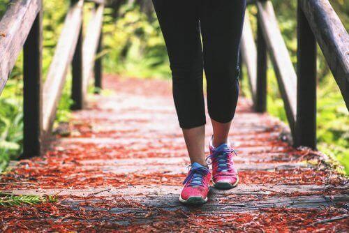 Πέντε υγιεινές ασκήσεις για τον πόνο στα γόνατα, περπάτημα