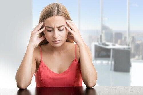 γυναίκα με πονοκέφαλο- H λιπώδης διήθηση ήπατος
