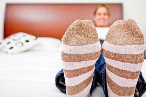 Πώς να αποτρέψετε και να θεραπεύσετε τη φτωχή κυκλοφορία του αίματος στα πόδια, ειδικές κάλτσες