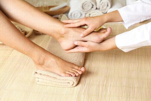 Πώς να αποτρέψετε και να θεραπεύσετε τη φτωχή κυκλοφορία του αίματος στα πόδια, μασάζ