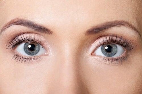 Πώς θα παρασκευάσετε μια σπιτική κρέμα σύσφιξης για βλέφαρα
