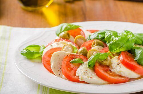 Σαλάτα κάθε μέρα - Ντομάτα, σκόρδο και μοτσαρέλα σε πιάτο