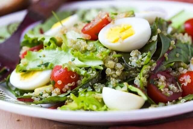 Σαλάτα κάθε μέρα - Μαρούλι, σπαράγγι, τόνος και αβγό σε πιάτο
