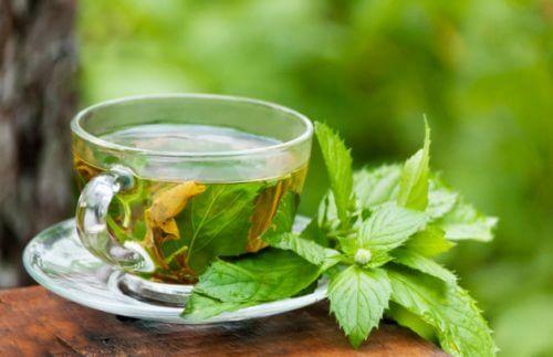 πράσινο τσάι σε γυάλινο ποτήρι