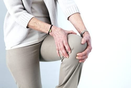 γυναίκα πιεζει το γόνατο της