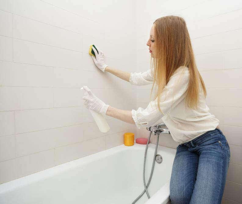 Γυναίκα καθαρίζει το μπάνιο