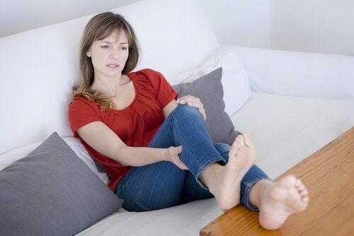 Συμπτώματα της κατακράτησης υγρών - Γυναίκα ελέγχει τα πόδια της