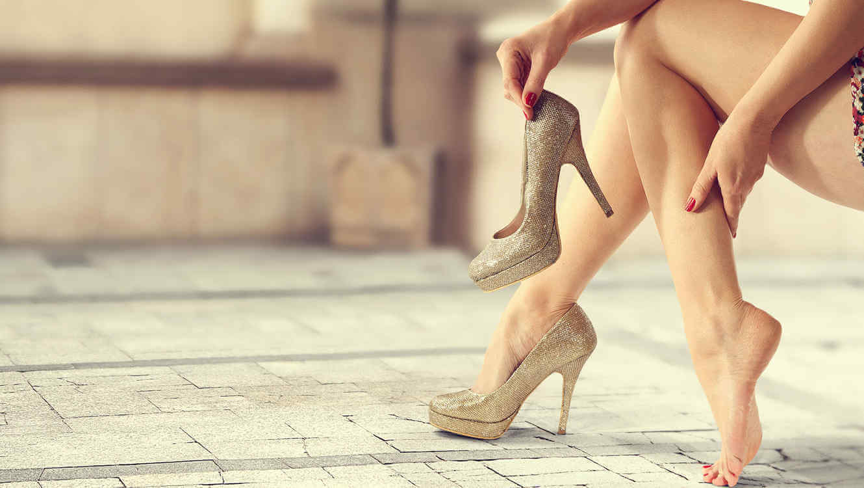 8 κόλπα για να φοράτε τα τακούνια σας όλη τη νύχτα