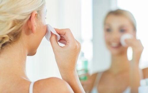 γυναίκα που καθαρίζει το δέρμα της