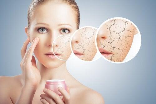 Τέλειο δέρμα - Γυναίκα εφαρμόζει κρέμα στο πρόσωπό της