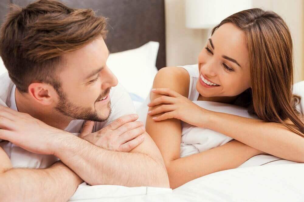 στύση του ερωτικού σας συντρόφου - ζευγάρι στο κρεβατι