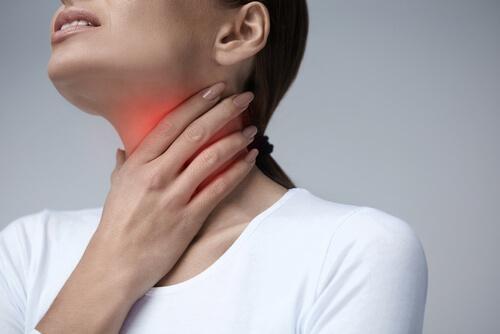 Λύσεις για τον πονόλαιμο - Γυναίκα με πονόλαιμο