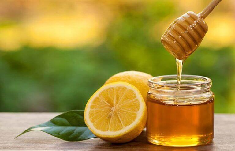 Λύσεις για τον πονόλαιμο - Μέλι σε δοχείο και λεμόνι
