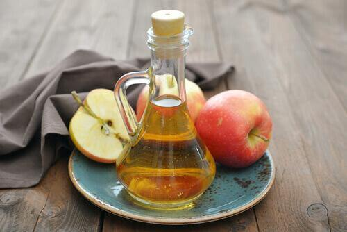 Λύσεις για τον πονόλαιμο - Μηλόξυδο σε μπουκάλι και μήλα