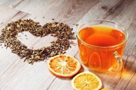 Φλούδες πορτοκαλιού - Χυμός και φέτες πορτοκαλιού