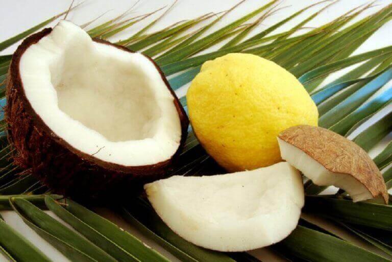 5 φυσικές θεραπείες για την αραίωση των μαλλιών, λάδι καρύδας και χυμός λεμονιού