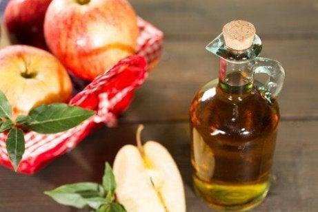 5 σπιτικές θεραπείες για να μειώσετε τα επίπεδα ουρικού οξέος, μηλόξυδο