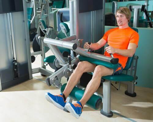 5 συμβουλές και ασκήσεις για δυνατά γόνατα, εκτάσεις ποδιών