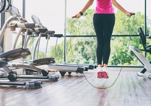 5 συμβουλές και ασκήσεις για δυνατά γόνατα, σχοινάκι