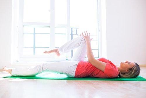 5 Θιβετιανές ασκήσεις για να εξασκήσετε όλους τους μυς σε 10 λεπτά, άσκηση 1