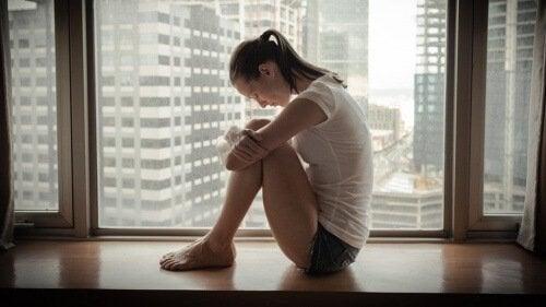 γυναίκα στο παράθυρο, στεναχώρια - νοητικής σας ικανότητας