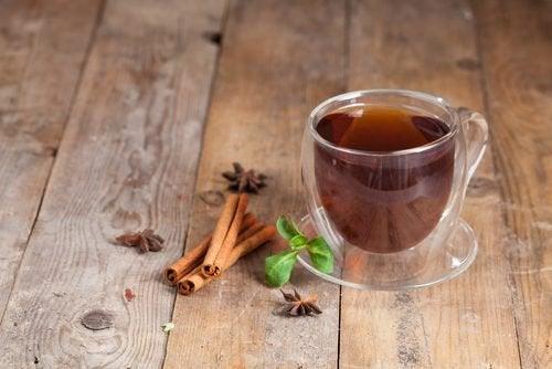 Αντιμετωπίσετε τα αέρια - Τσάι κανέλας σε φλιτζάνι και ξύλα κανέλας