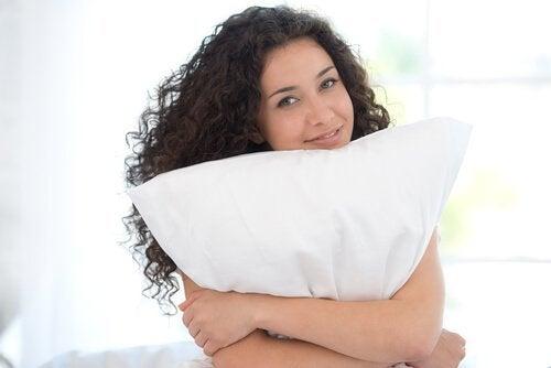Μειώστε τον πόνο στον αυχένα αλλάζοντας μαξιλάρι