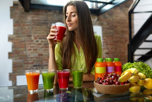πλάνο αποτοξίνωσης γυναίκα που πίνει σμουθι σε διάφορα χρώματα