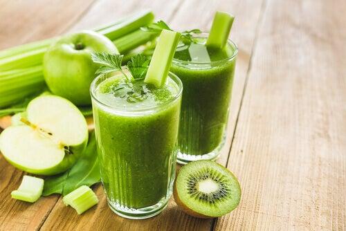 πράσινα σμουθι και μηλο ακτινίδιο και πράσο