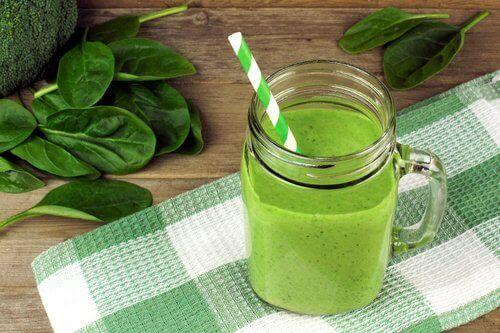 πράσινο σμούθ και φύλλα από σπανάκι